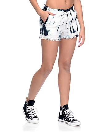 Almost Famous pantalones cortos con efecto tie dye con pompones por los bordes