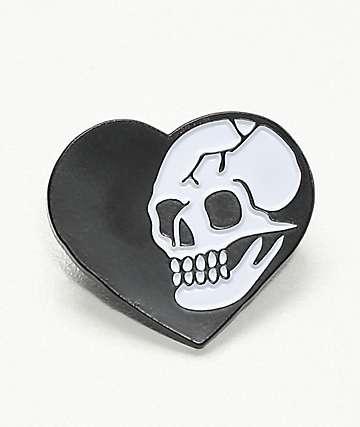 Deja Pins Heart Skull broche en negro y blanco