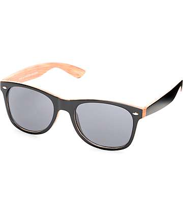 Gafas de sol en negro y patrón madera