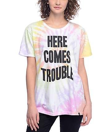 JV by Jac Vanek Here Comes Trouble camiseta con efecto tie dye