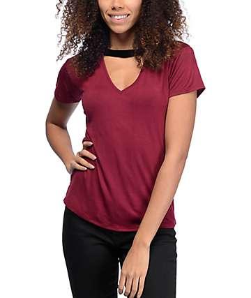 Lunachix Dillon camiseta ringer con cuello en V en negro y color borgoño