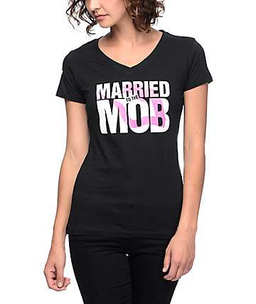 Married To The Mob Lipstick camiseta negra con cuello en V