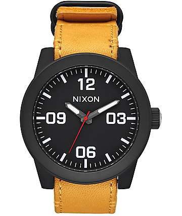 Nixon Corporal Leather reloj análogo en negro y color oro