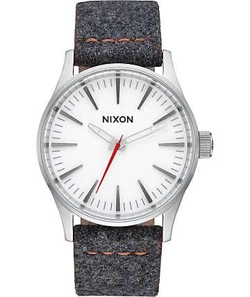 Nixon Sentry 38 reloj analógico de cuero en gris y canela