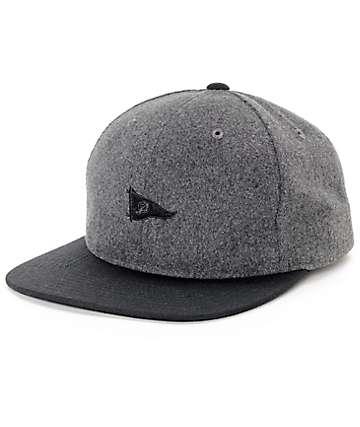 Primitive Pennant gorra strapback de lana en negro y color carbón
