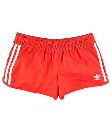 adidas 3 Stripe shorts deportivos en rojo