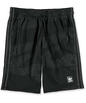 adidas Chillaxing shorts camuflados en negro