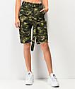 Almost Famous shorts de camuflaje verde oscuro con cinturón