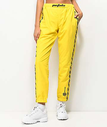 Petals and Peacocks Kindness pantalones amarillos y negros