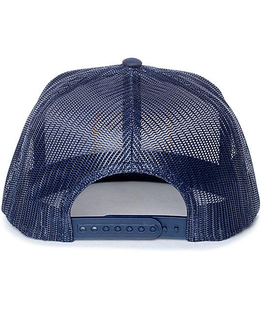 ... Brixton Palmer gorra trucker en blanco y azul marino 87851c8b047
