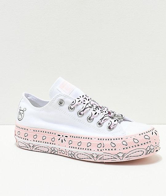2a6fd0a5c4fd Converse x Miley Cyrus Lift zapatos blancos y rosas con estampado de  cachemir ...