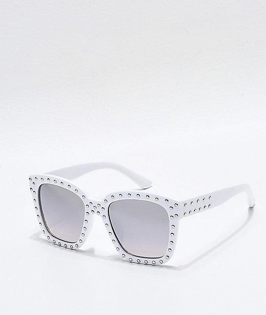 4c637bea5167b Gafas de sol blancas con tachuelas ...