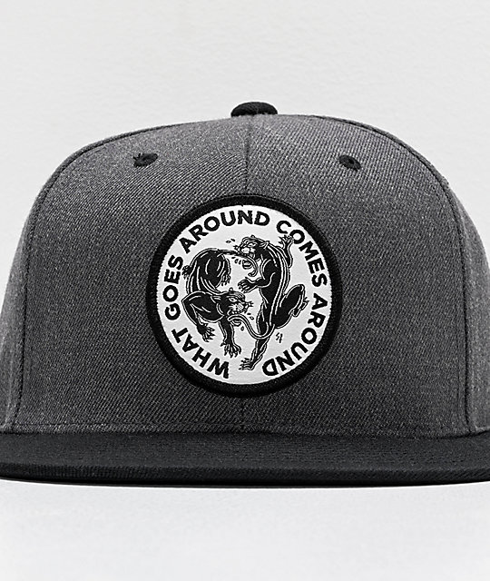 Lurking Class by Sketchy Tank Goes Around gorra gris y negra