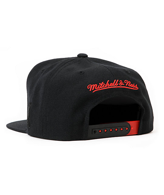 NBA Mitchell and Ness Bulls Black Arch Snapback Hat