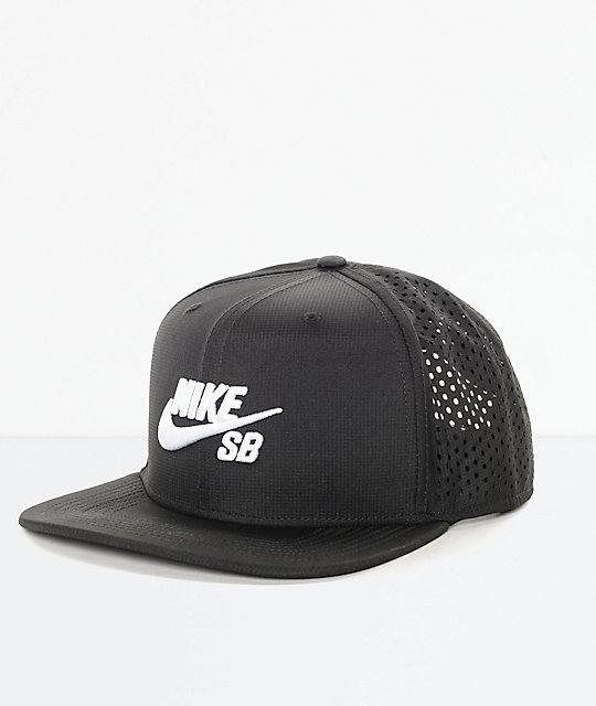 578306f48e8f9 Nike SB Performance gorra trucker en blanco y negro ...