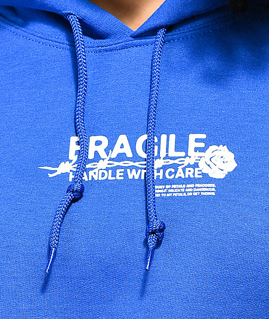 Petals and Peacocks Handle With Care sudadera corta con capucha azul
