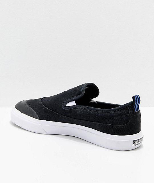 ba6b66bf adidas Matchcourt zapatos Slip On en negro, blanco y azul | Zumiez