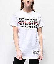 Petals and Peacocks Love Is Love camiseta blanca