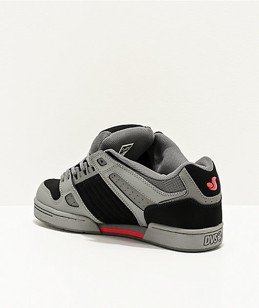 DVS Celsius zapatos de skate grises, negros y rojos