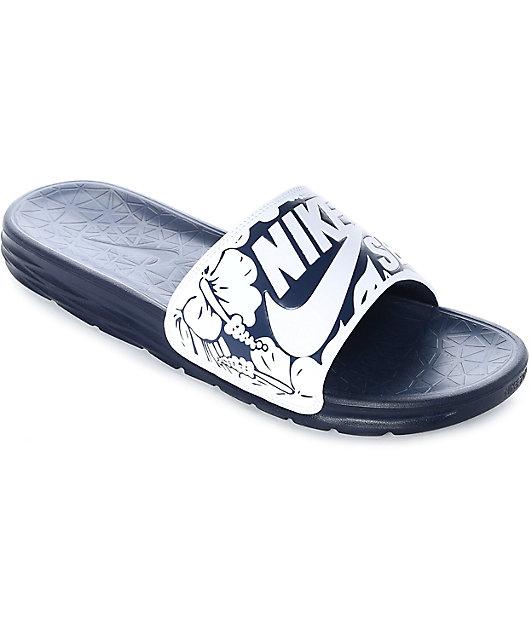 Edad adulta luz de sol Egipto  Nike SB Benassi Solarsoft sandalias en blanco y azul marino   Zumiez