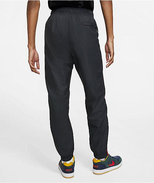 Nike SB Shield pantlones de chándal en negro, rojo y dorado